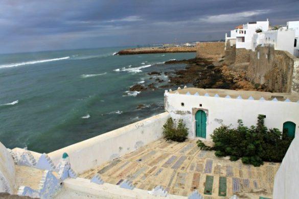 Tumbas desde Caraquia, puerta y mar