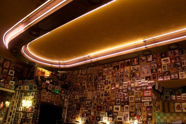 Paredes con fotografías en el restaurante Moeders