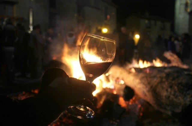 Copa de vino en el Punchacubas de Aínsa al calor de la hoguera