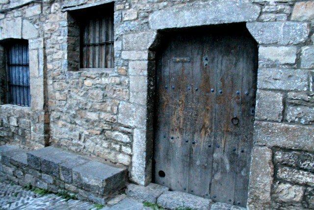 Poyetes en las puertas - Qué ver en Aínsa