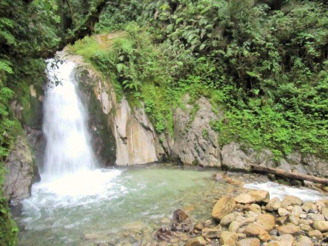 Cascada en el camino a Aguas Calientes