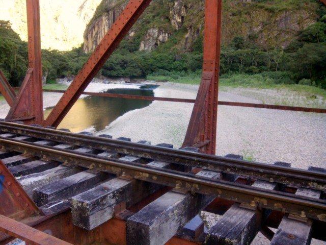 Puente junto a las vías del tren a Aguas Calientes
