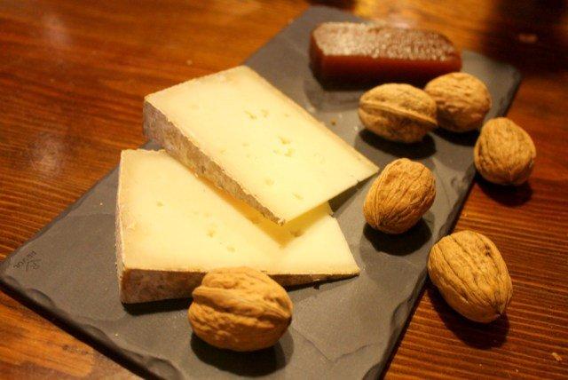 Queso, dulce de manzana y nueces, el postre de las sidrerías en País Vasco