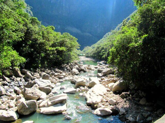 Río camino a Aguas Calientes en Perú