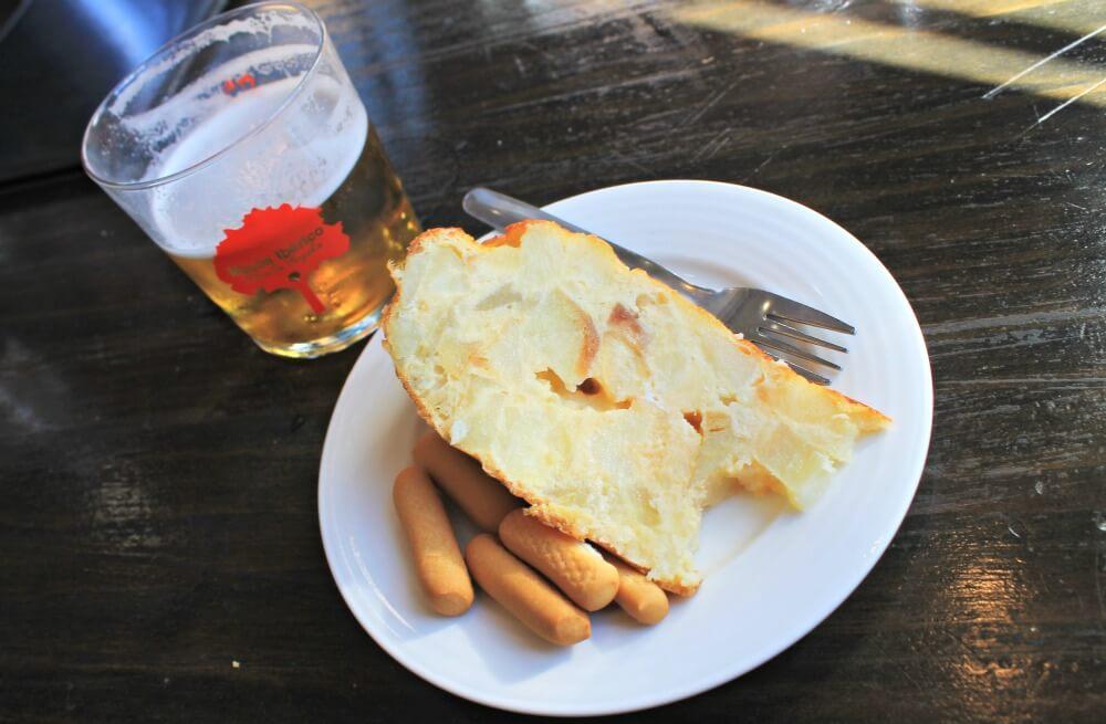 Tortilla de patatas en el Mesón Ibérico Las Hazuelas - Comer en Antequera