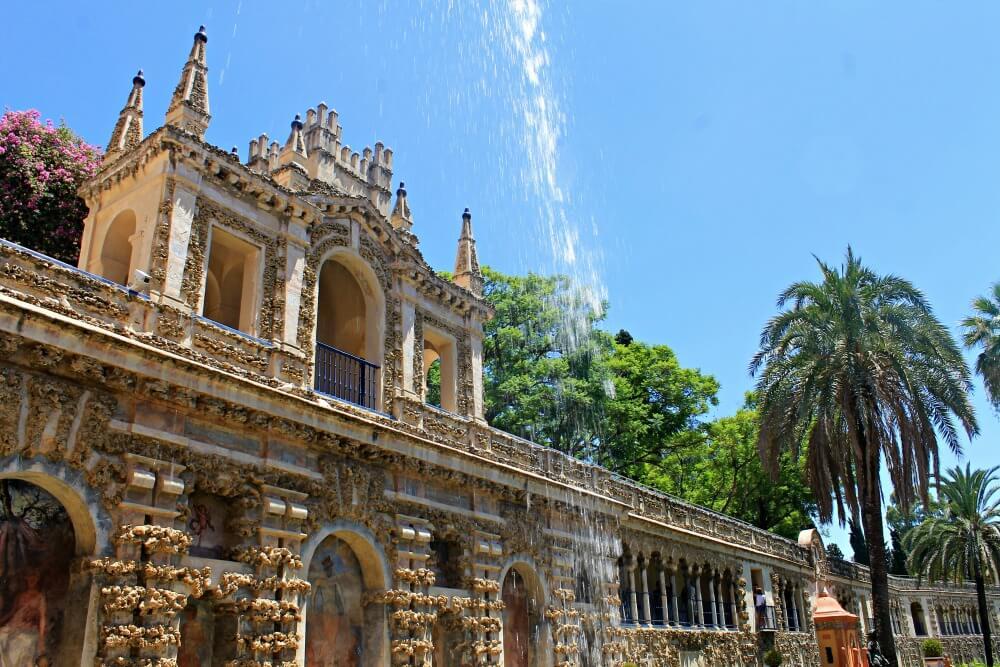 Agua cayendo por el soleado Alcázar de Sevilla