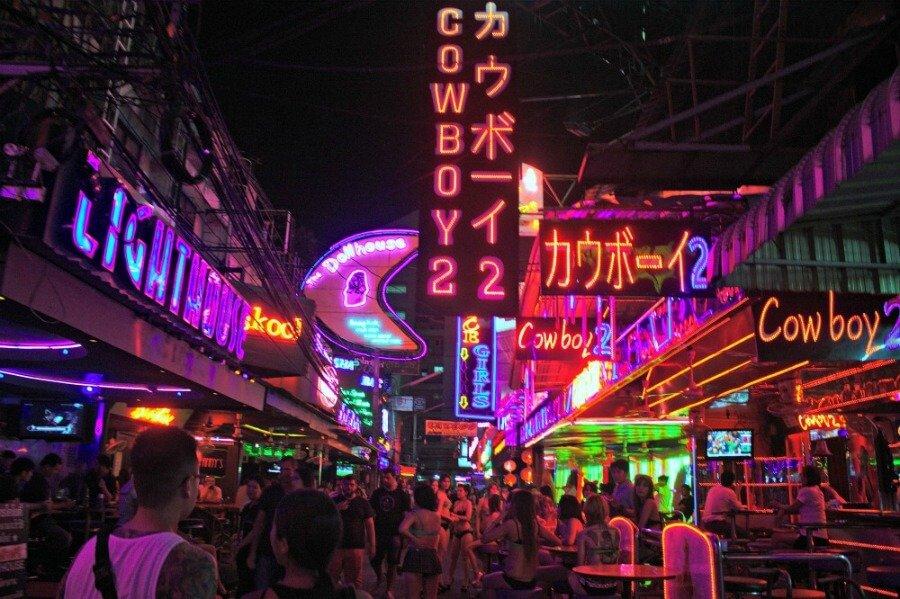 La noche en Soi Cowbow - Bangkok Tailandia