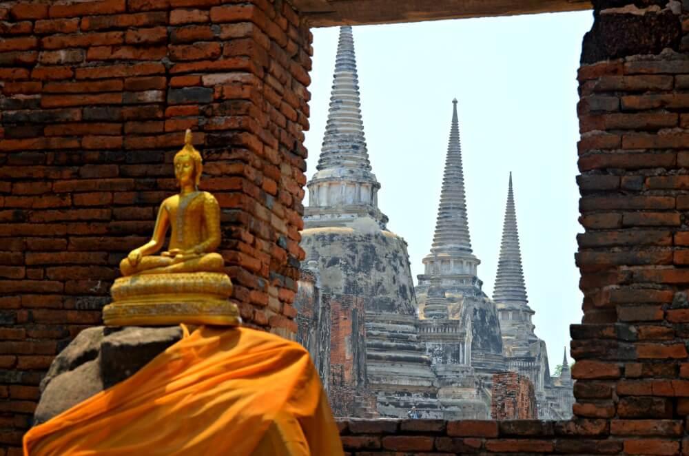 Las estupas tras la ventana en Ayutthaya