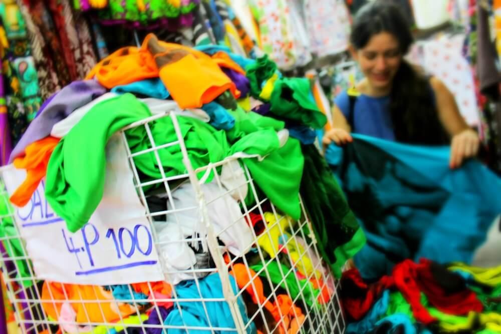 Lucía se vuelve loca cuando ve 4 camisetas por 2 euros y medio en Bangkok
