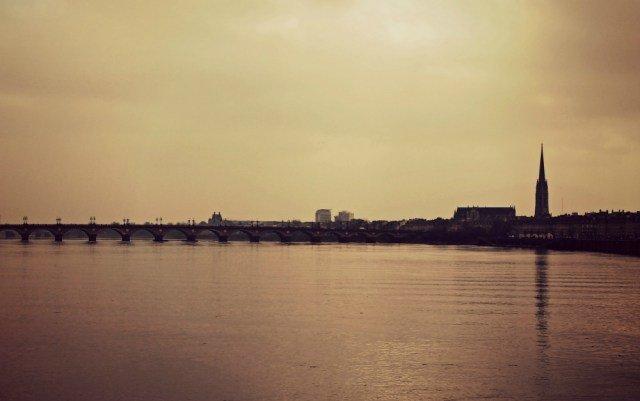 Río Garonne en Burdeos sobre el Puente Pierre
