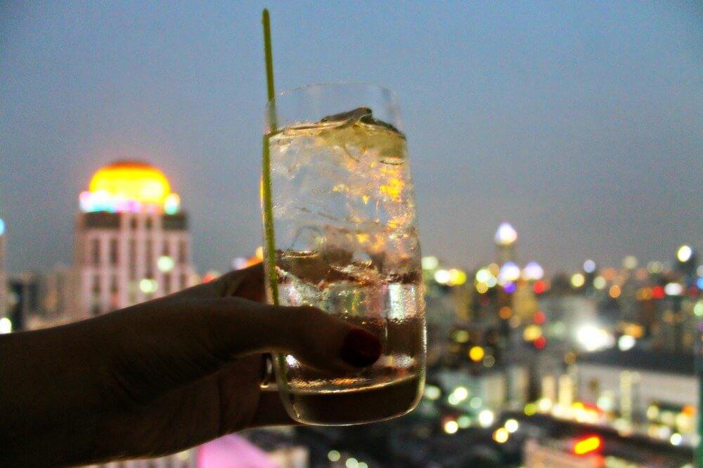 Un gintonic en la azotea del Amari Wategate de Bangkok