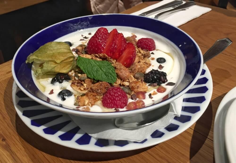 Yogur de coco con frutos rojos - Flax Kale