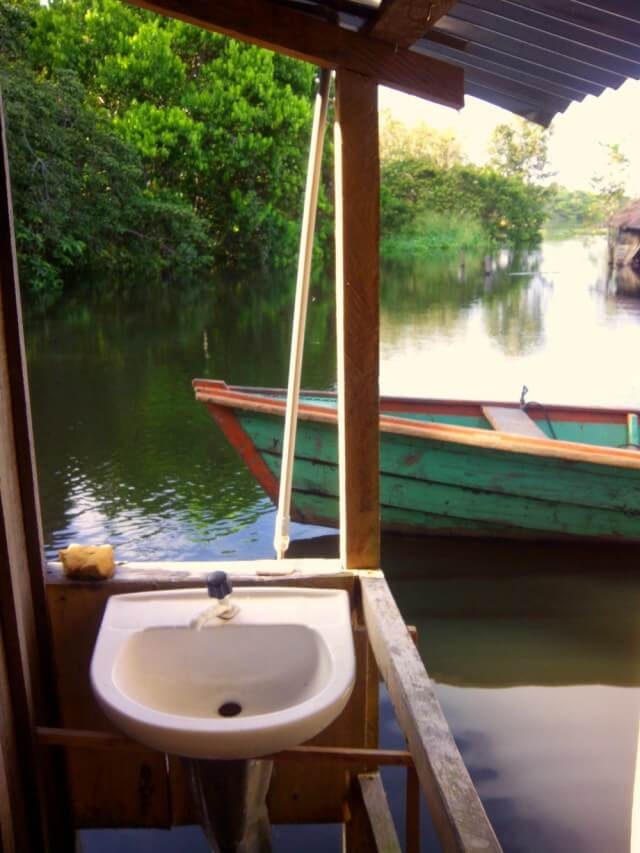 Baño en el Amazonas en mitad del río
