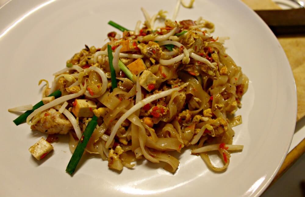 Cocinar pad thai en Tailandia