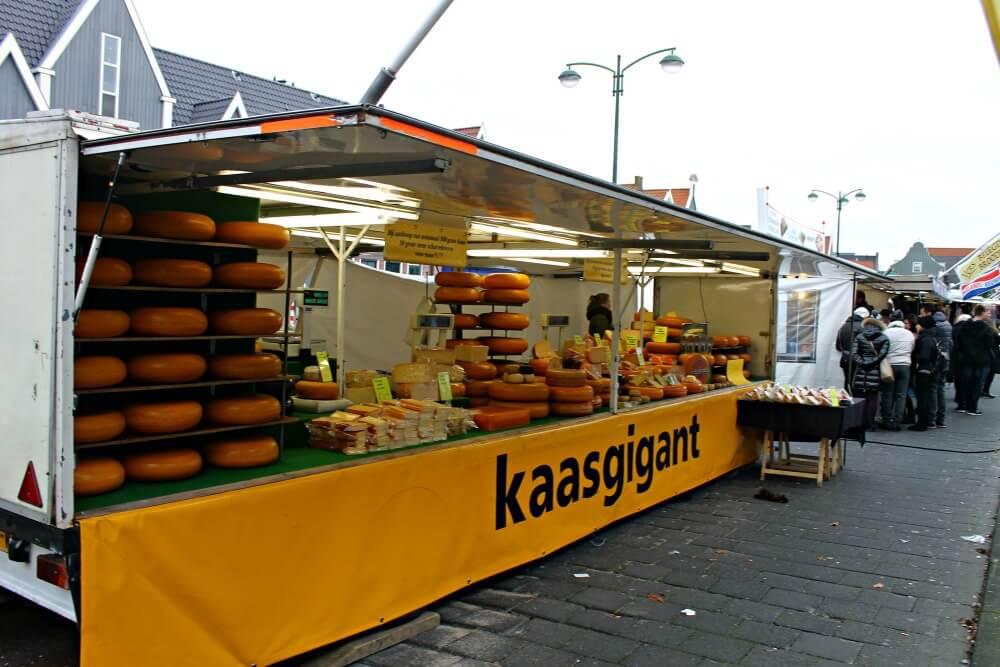 Comprar queso en el mercado de Volendam