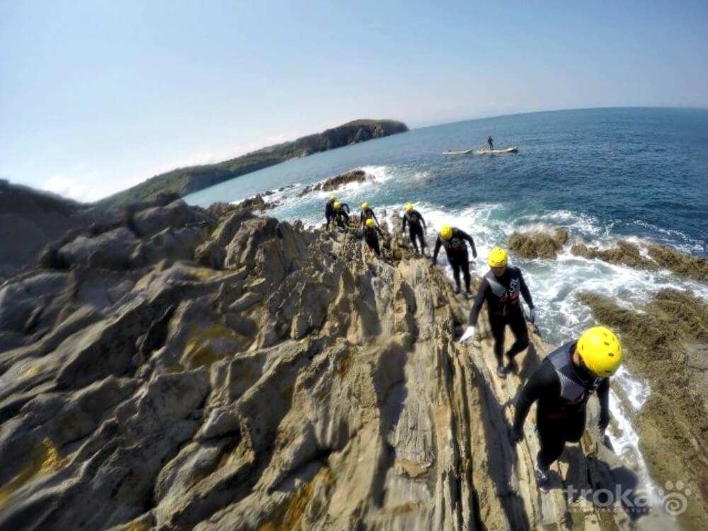Hacer coasteering en la costa vasca