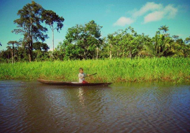 Niño volviendo a su casa - Viaje al Amazonas