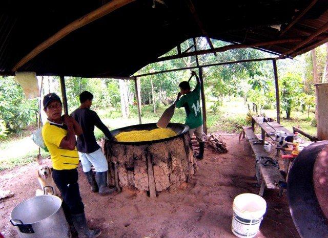 Nuestro guía en el Amazonas y comida cocinándose