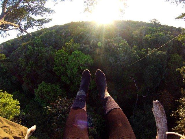 Pies en la copa de un árbol en la selva