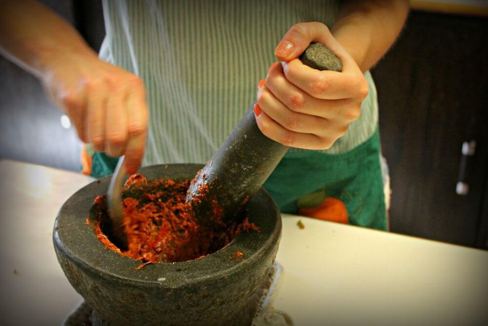 Preparando curry pha nang en Tailandia