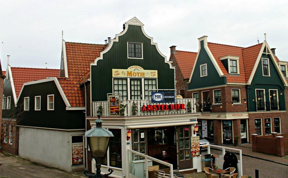 Una calle cualquiera de la coqueta Volendam en Holanda