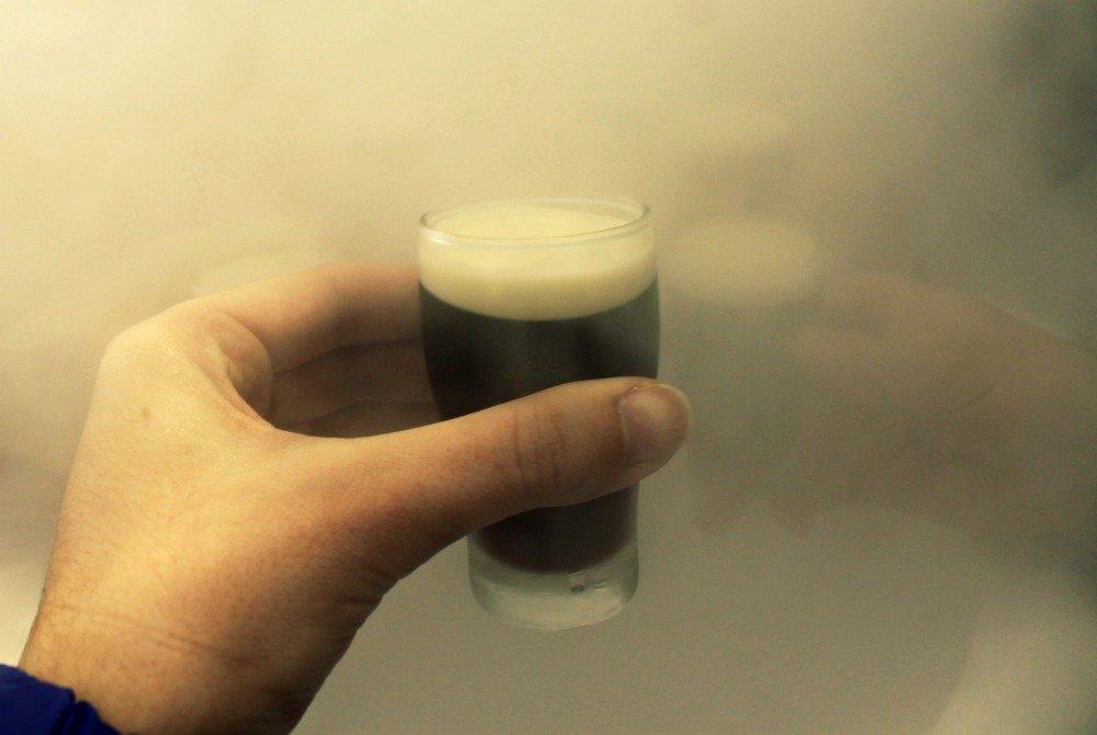 Catando un auténtico chupito de Guinness