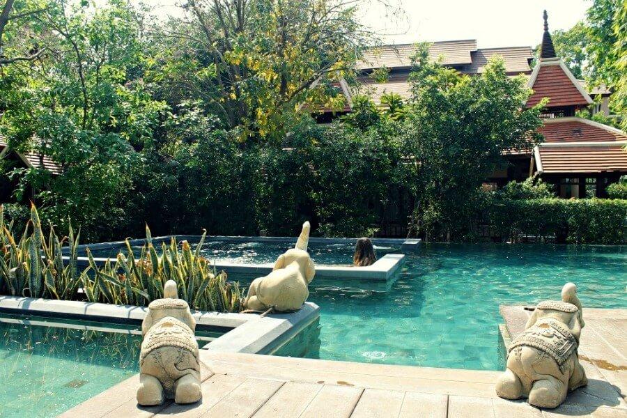 Claudia dándose un baño en la piscina del hotel