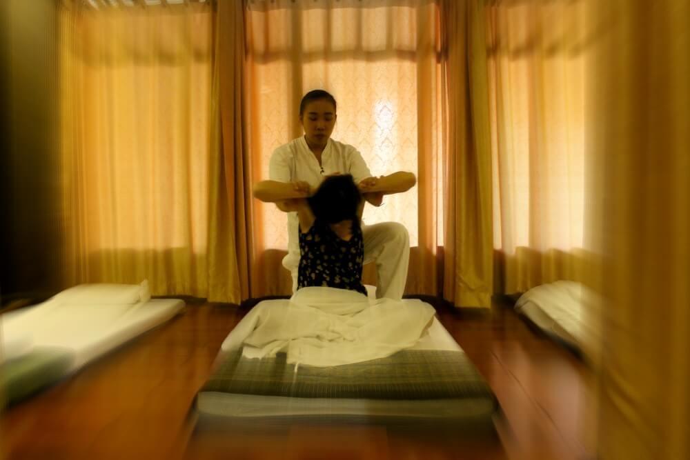 Dándonos un masaje tailandés en Chiang Mai