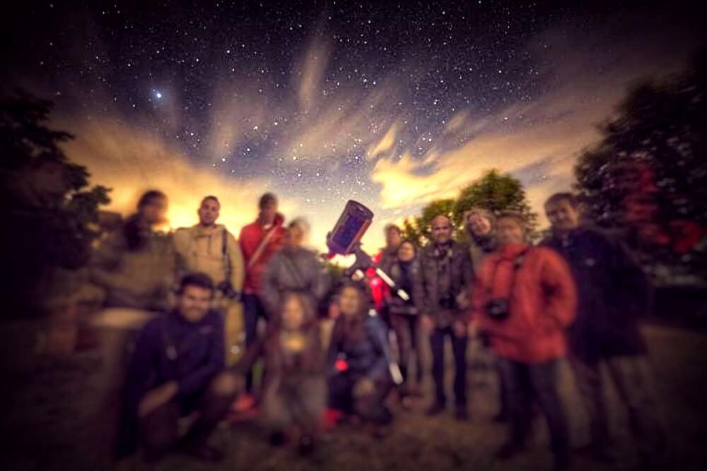 El equipo difuminándose junto al telescopio