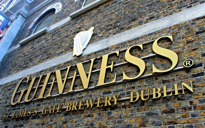 Fábrica de cerveza Guinness con su arpa en Dublín