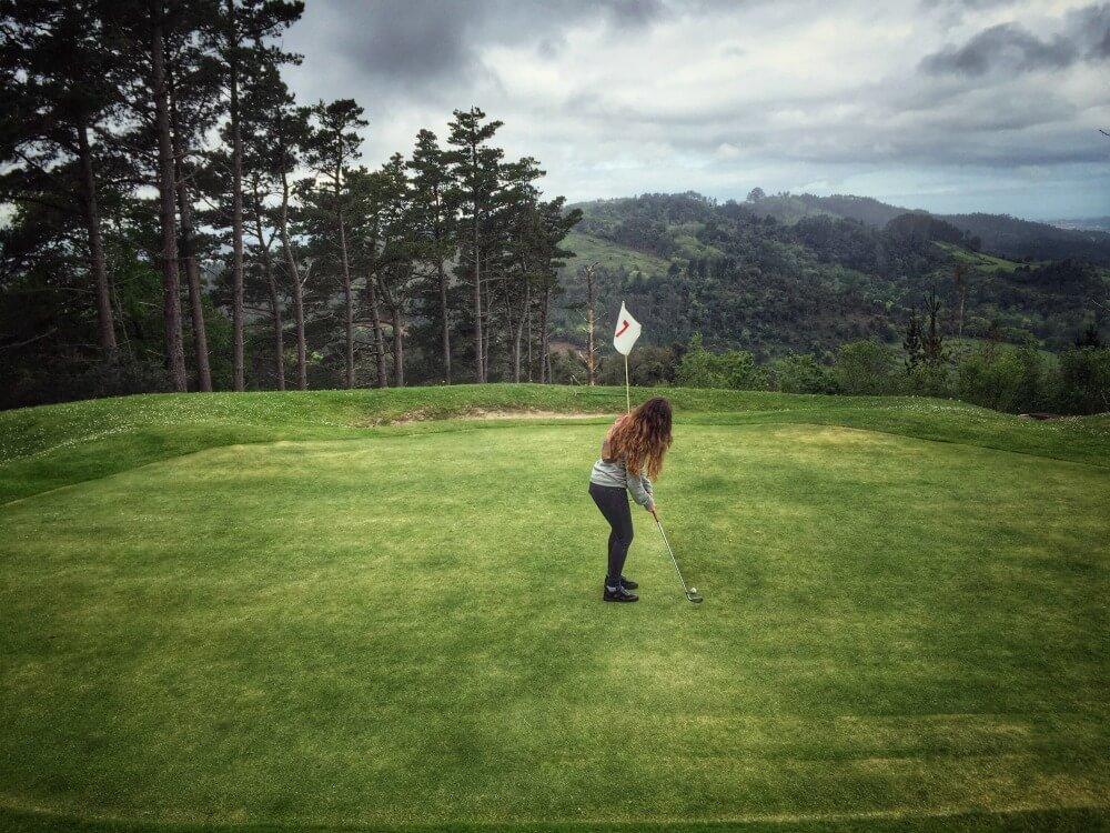 Jugando al golf en Palacio Urgoiti de Pais Vasco