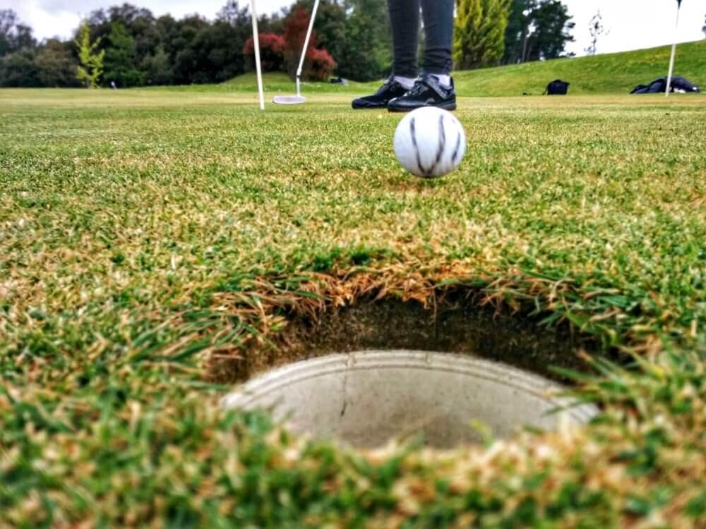 Mi pelota de golf directa al hoyo