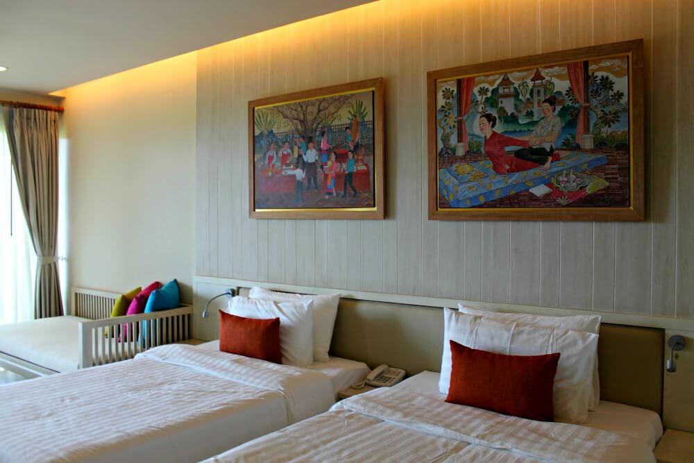Nuestras camas en la habitación del Siripanna Resort