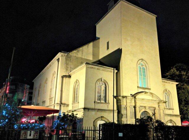 Pub en el interior de una iglesia en Dublín