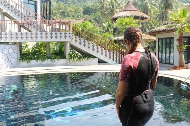 Claudia en la piscina lista para su primera inmersión