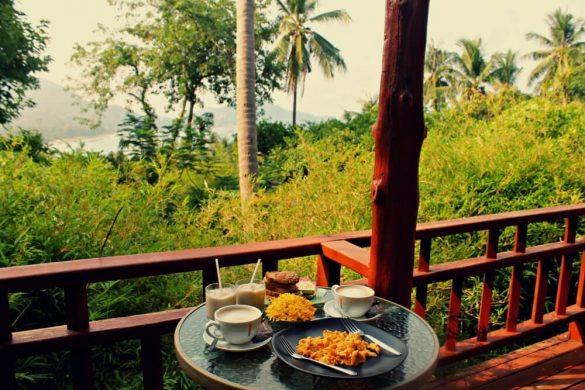 Desayuno en nuestra terraza en La Cigale alojamiento en Koh Tao