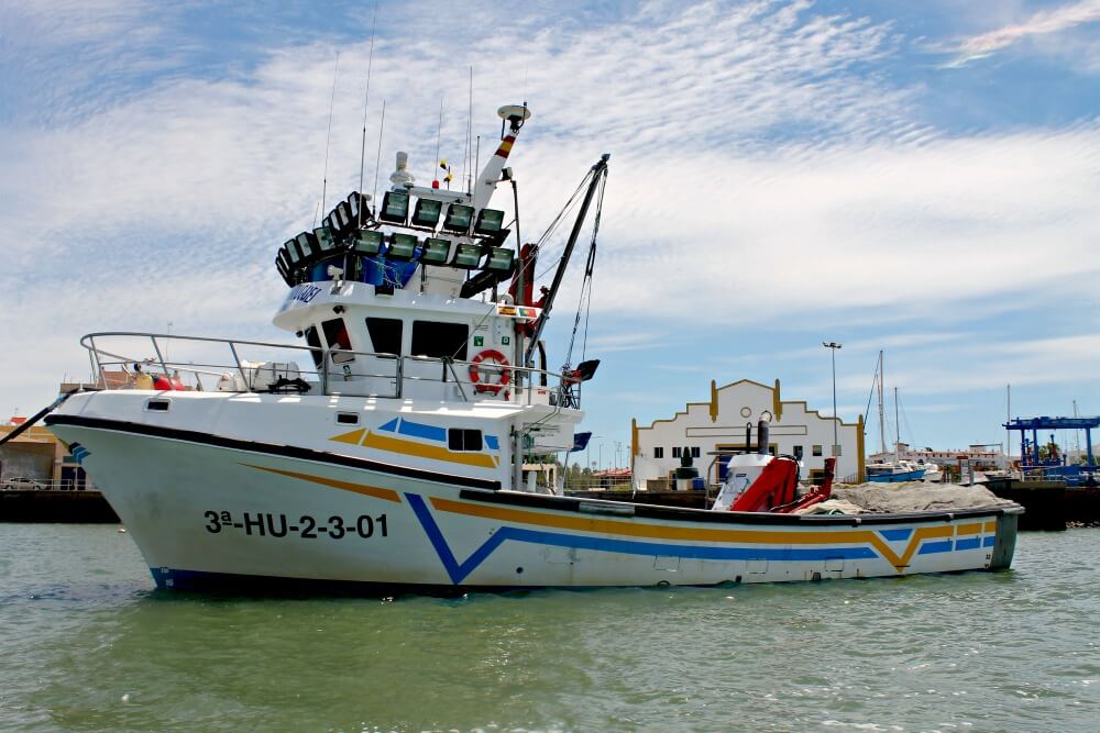 Barco con focos para pescar sardinas