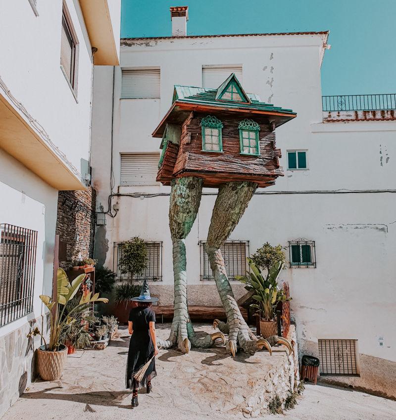 La Casa de Baba Yaga con patas de gallina - Visitar Soportújar