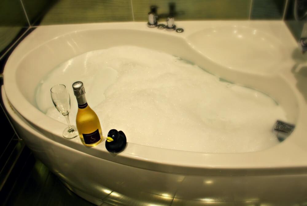 Bañera de hidromasaje de la executive room del hotel Nira Caledonia