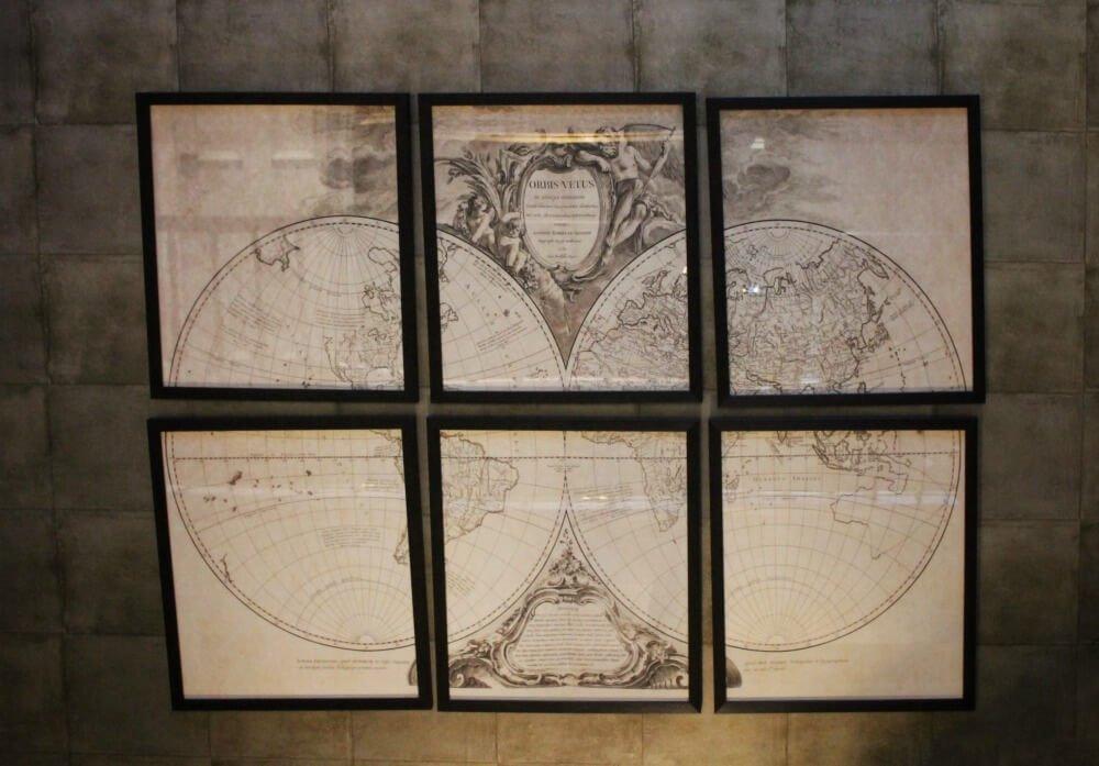 Cuadros con mapas decoran las paredes del Nira Caledonia - Dónde alojarse en Edimburgo