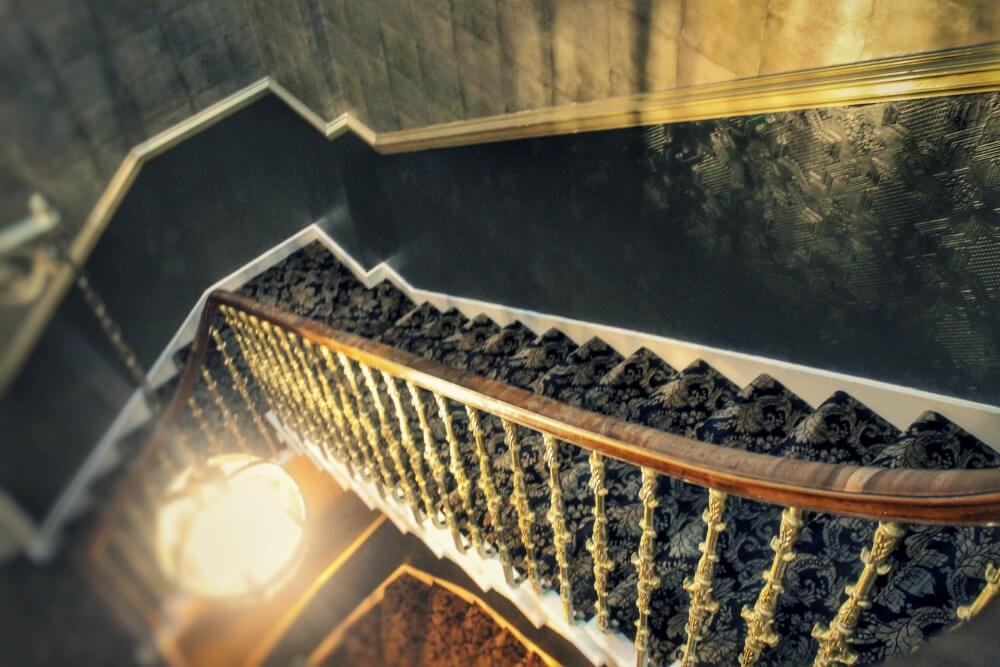 Escaleras del hotel Nira Caledonia de Edimburgo