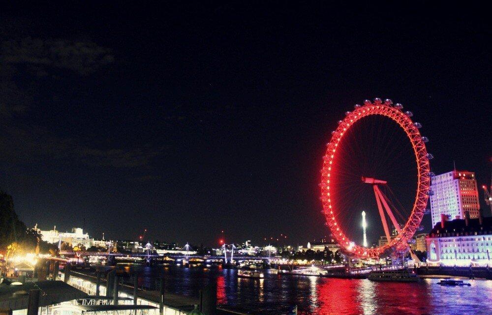 La noria de Londres iluminada de noche
