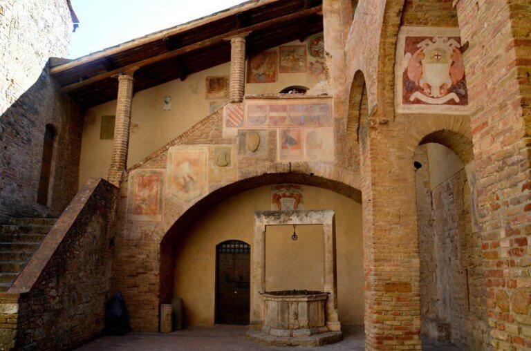 Patio del Palacio Municipal de San Gimignano