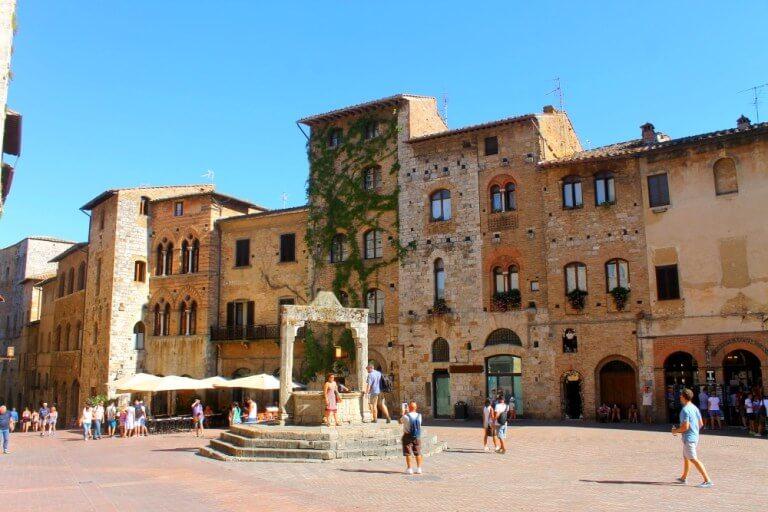 Piazza della Cisterna y Dondoli