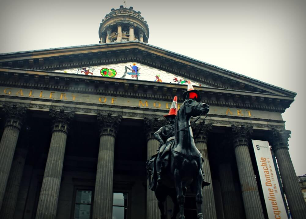 Primer Duque de Webminster con su caballo y sendos conos de tráfico en Glasgow