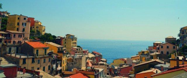 Pueblo Riomaggiore en la ruta por Cinque Terre