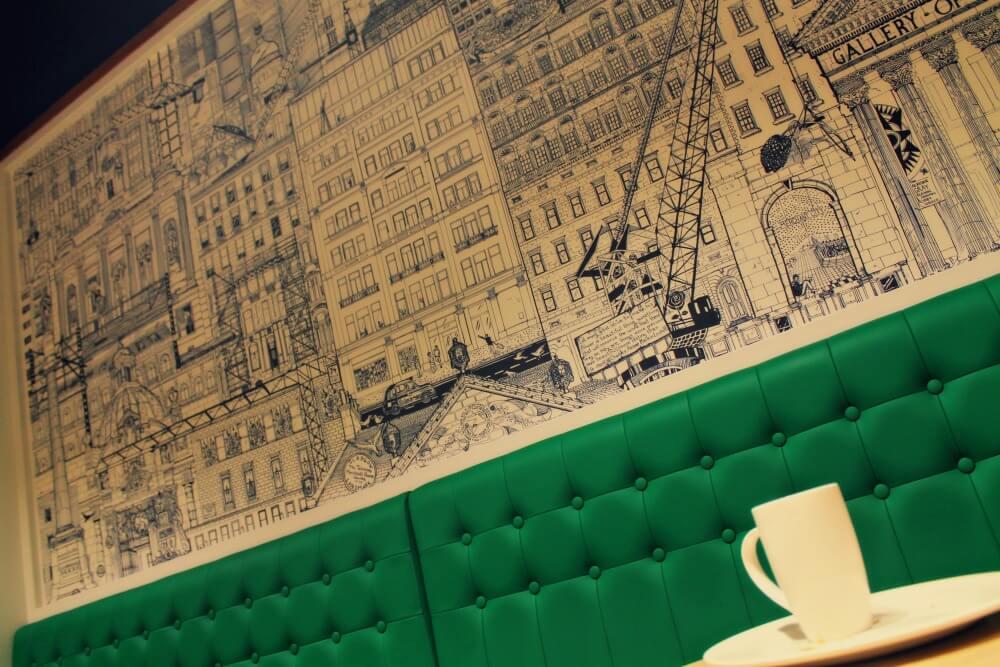 Un café con vistas a Glasgow en el Ibis George Square