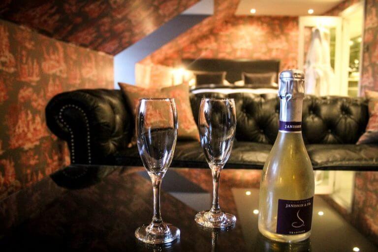Una copa de champán en Nira Caledonia