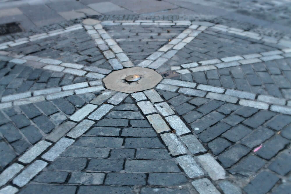 Cerradura en el suelo de la Royal Mile de Edimburgo
