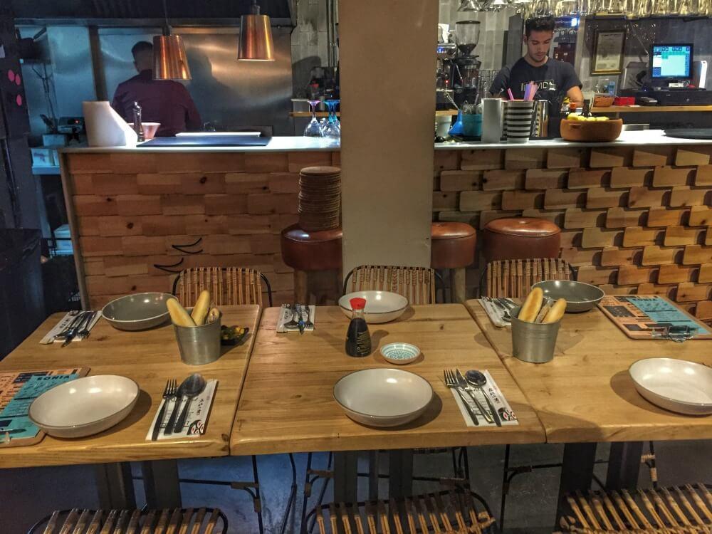 Salón y mesa en el restaurante Chifa de Sevilla